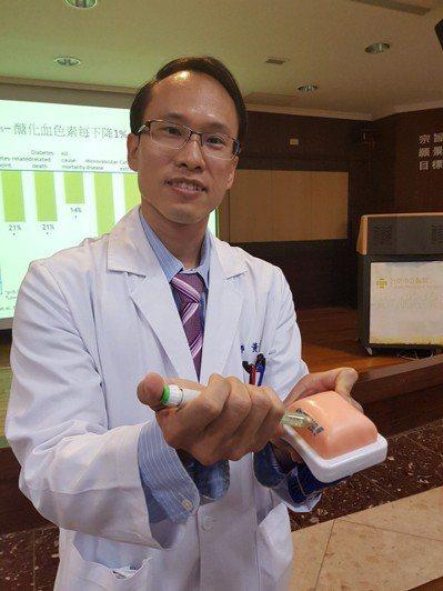 台南市立醫院內分泌科醫師黃聖德提醒早期糖尿病患者注射胰島素的重要性。記者修瑞瑩/...