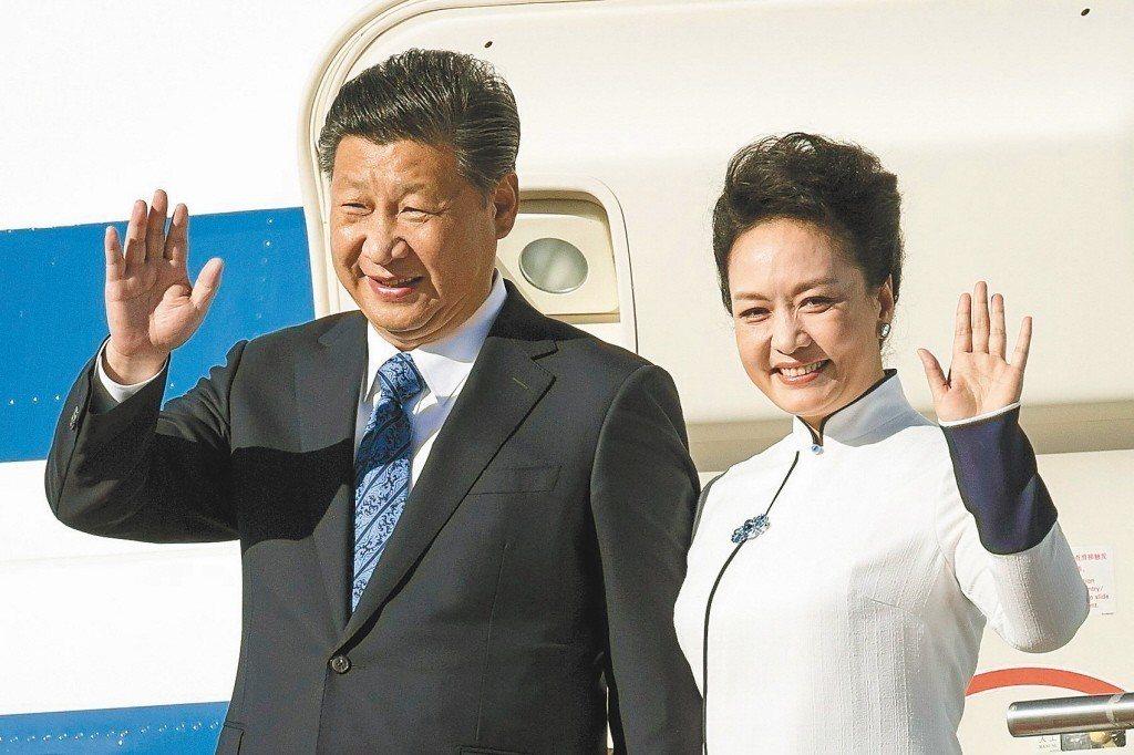 大陸國家主席習近平(左)與夫人彭麗媛(右)。 路透