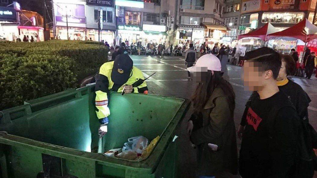 台中市第二警分局警員協助女大生從垃圾子母車,撿出兩張百元紙鈔。 圖/台中市第二警...