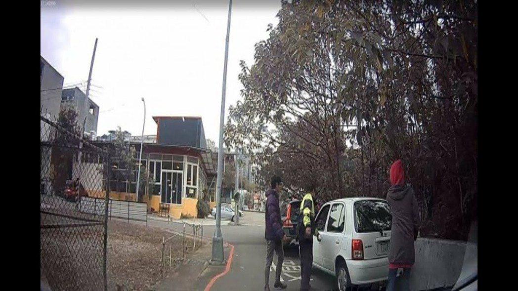 台中市第六警分局去年12月協助市民將轎車開出。 圖/台中市第六警分局提供