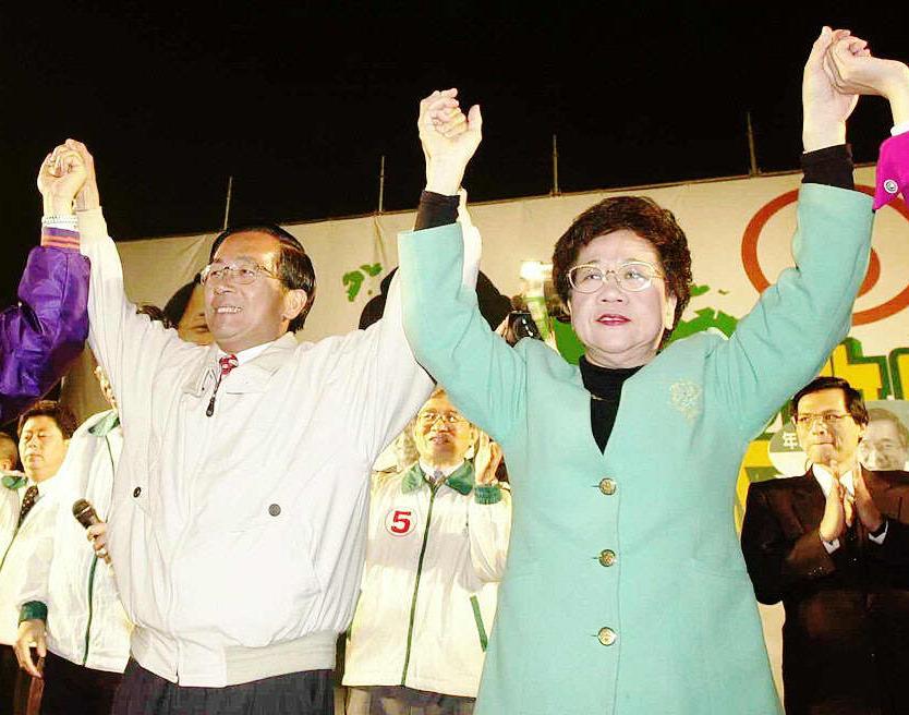 2000年總統大選,民進黨正副總統候選人陳水扁〈左〉、呂秀蓮在台中清水舉辦造勢晚...