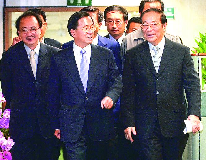 陳水扁〈中〉當年面對記者就「一邊一國」提出的問題,只說了一句「謝謝」。 圖/聯合...