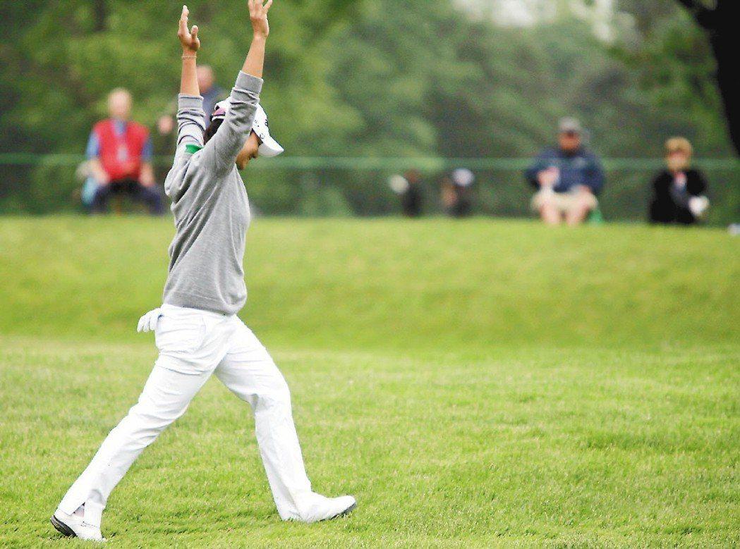 我國女將曾雅妮在2013 LPGA錦標賽第15洞打出一桿進洞,興奮地高舉雙手。 ...