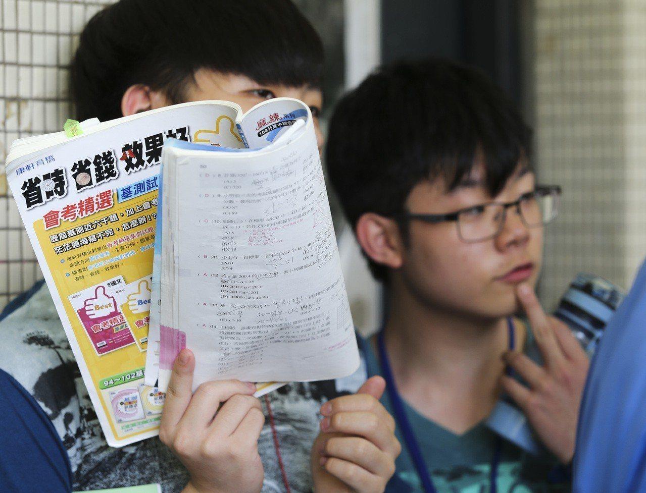 國中教育會考考生在教室外準備考題。聯合報系資料照/記者楊萬雲攝影