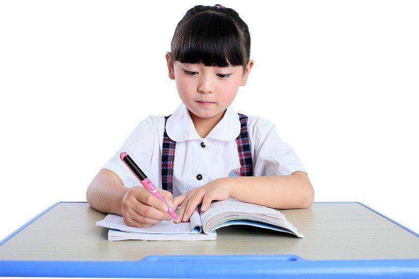 小朋友寫字姿勢不良容易造成近視,惡化可能造成視網膜剝離甚至黃斑部病變。 唯賜寶智...