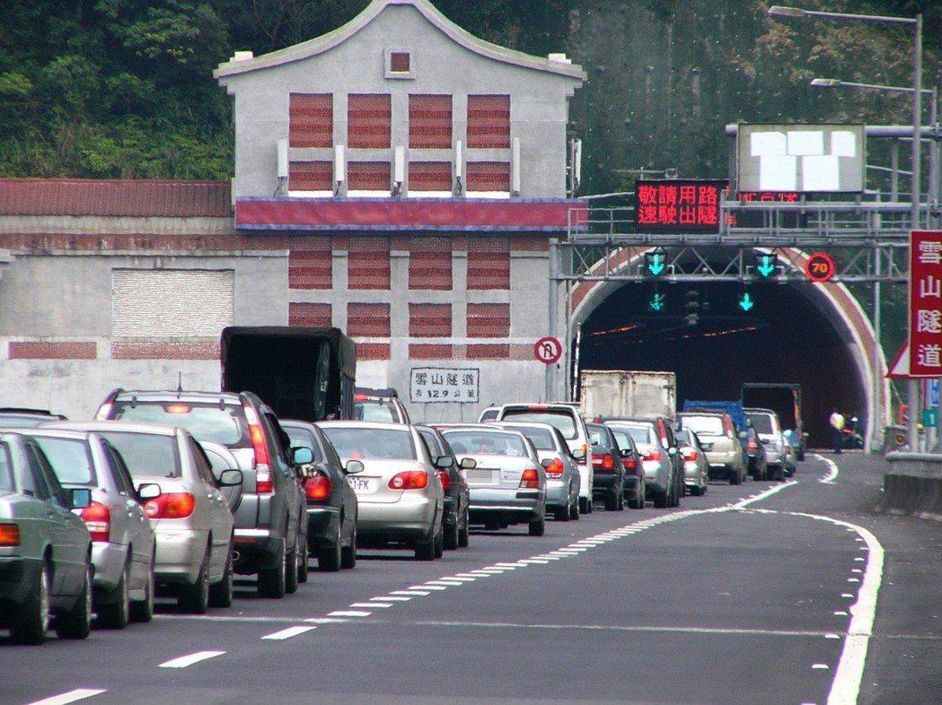 高速公路的隧道常形成道路瓶頸,不是因為車道縮減,也與隧道內限速無關,而是駕駛人自...