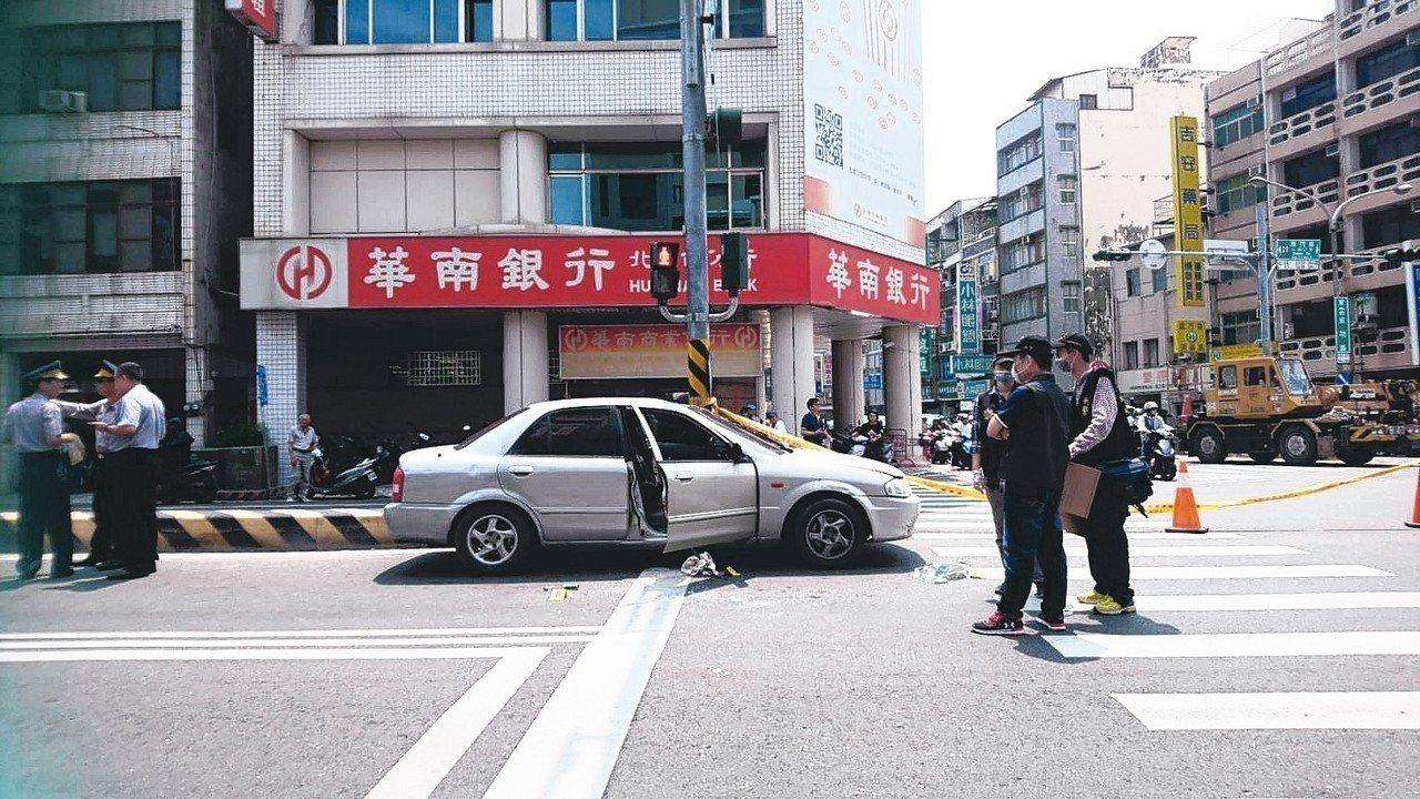竊盜通緝犯翁國銘拒捕並疑似拖行警員,遭開槍擊斃。 記者曹馥年/攝影