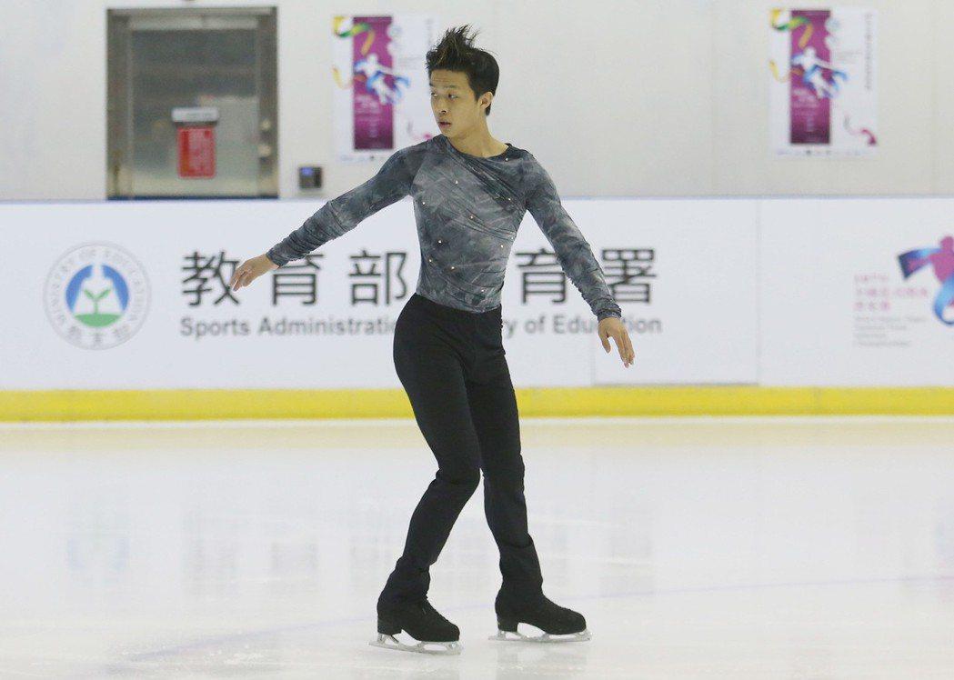 「107年全國花式滑冰菁英賽」16日在台北小巨蛋副館滑冰場舉行,賽前邀請台灣男子...