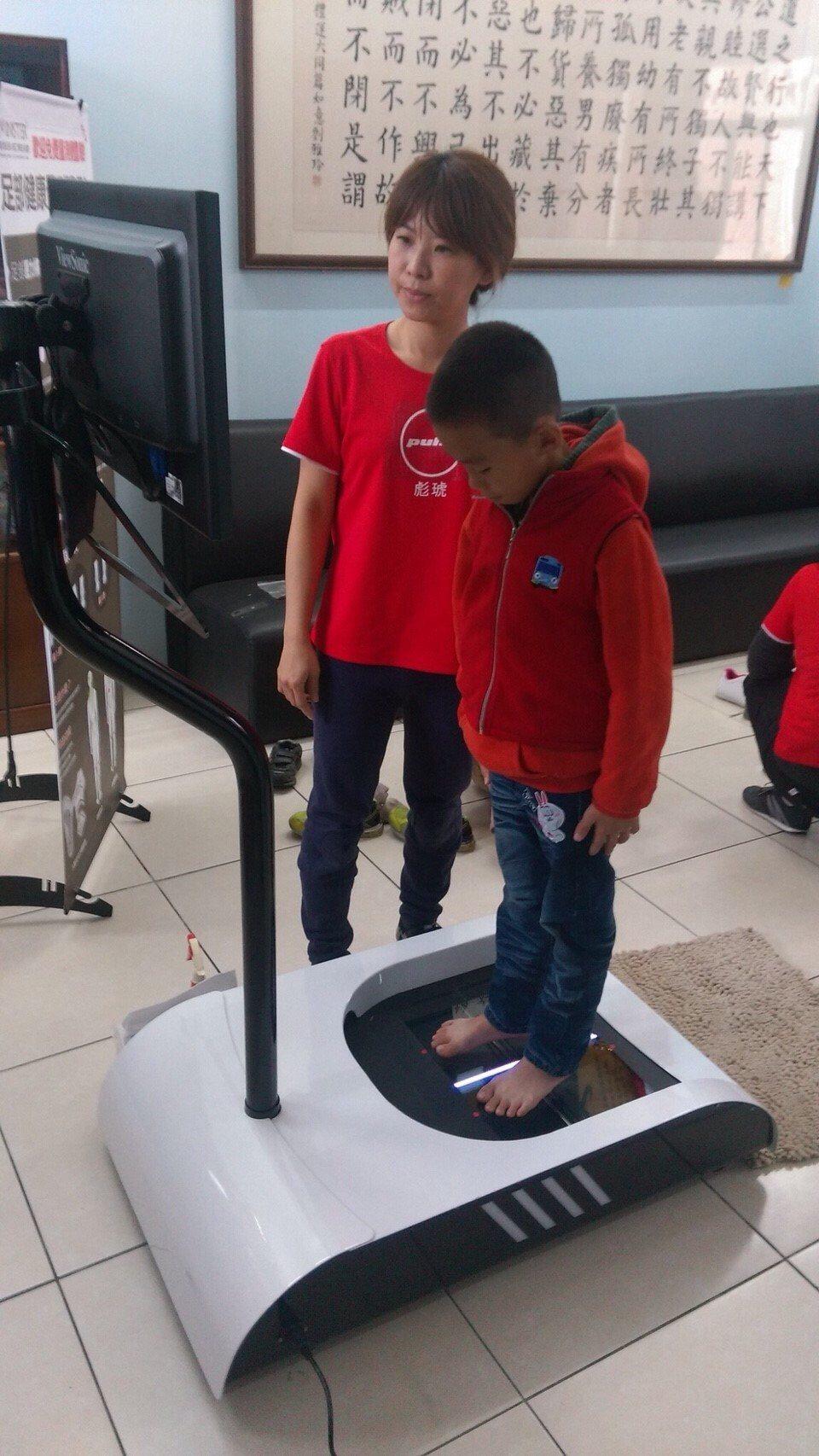 從足弓壓量測開始,讓育幼院孩童認識足部健康,與彩繪設計自己的鞋款。 金屬中心/提...