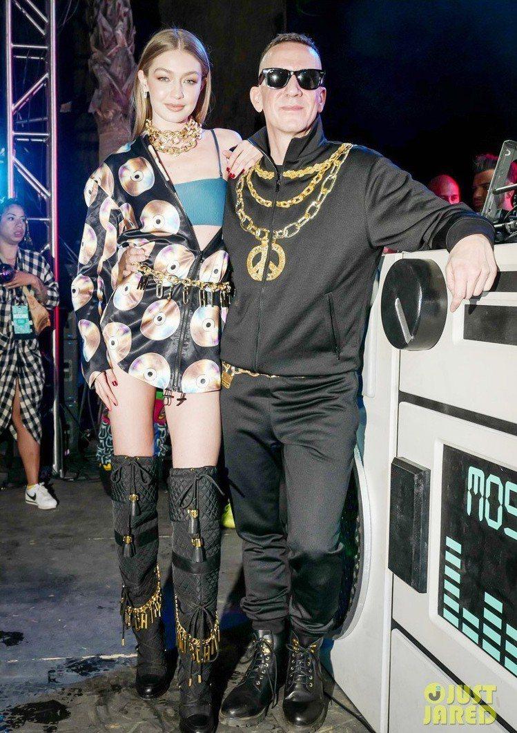 Gigi Hadid 和設計師Jeremy Scott 。圖/擷自justjar...