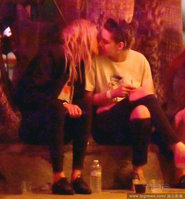 克莉絲汀史都華與名模女友 Stella Maxwell 。圖/達志影像
