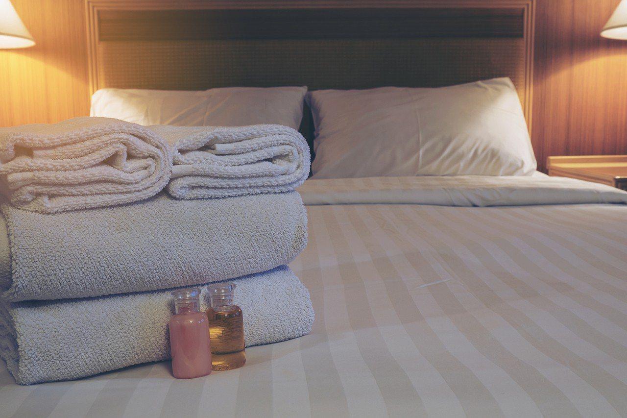 一位住宿業者發文要顧客「不要把毛巾當成腳踏墊踩在腳下」,但卻意外引來從事房務工作...