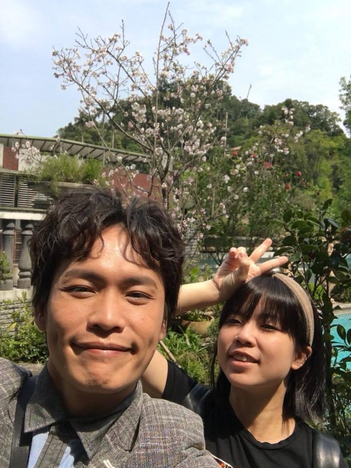 黃鐙輝(左)與老婆萁萁(右)。 圖/擷自黃鐙輝臉書