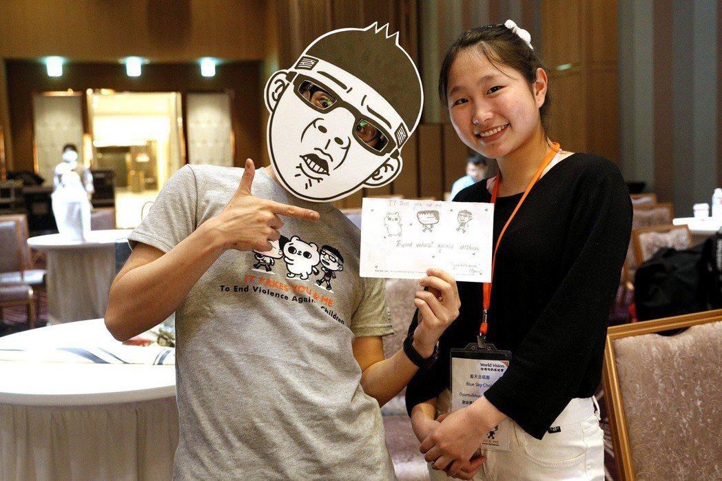 插畫家Duncan與來自蒙古「燈塔之家」的孩子開心合影。 圖/世界展望會提供