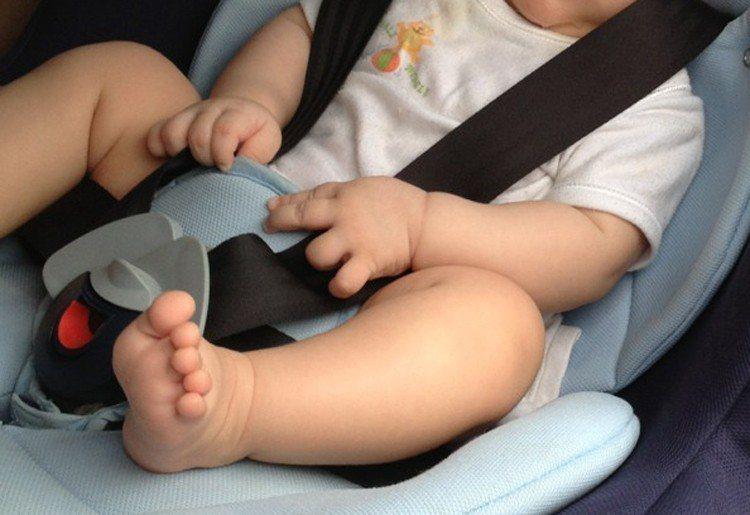 嬰幼兒搭車應乘坐安全座椅,高雄一名11個月大女童被媽媽抱著坐在副駕駛座,結果開車...