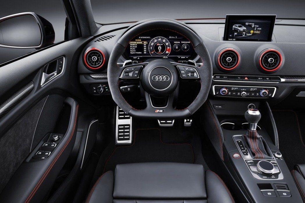 簡潔又不失豪華的競技內裝。 摘自 Audi