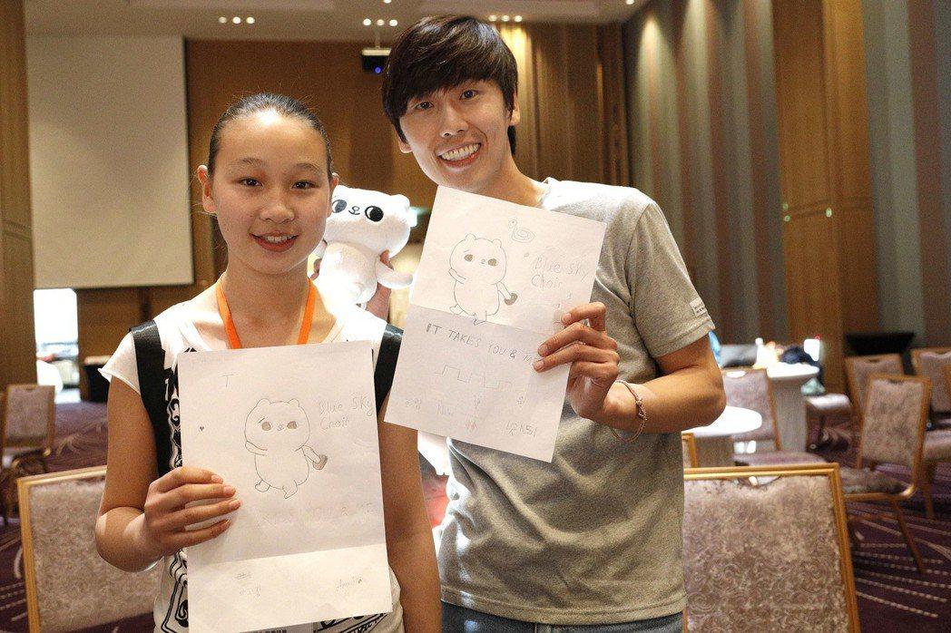 插畫家SECOND與來自蒙古「燈塔之家」的孩子開心合影。 圖/世界展望會提供