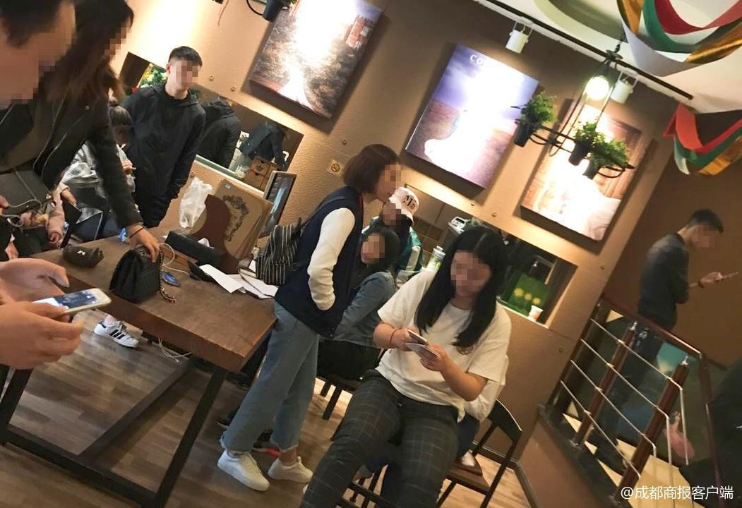 不滿婚紗照被拖欠,顧客們聚集店內要老闆給個交代。圖擷自廣州日報微博