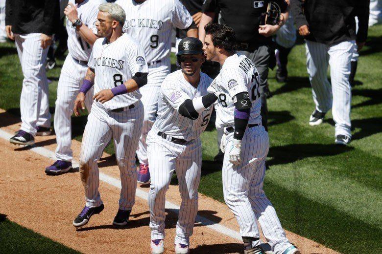 洛磯隊三壘手亞瑞納多(右)平常很很冷靜的球員,但教士隊的觸身球實在太離譜了,讓他...