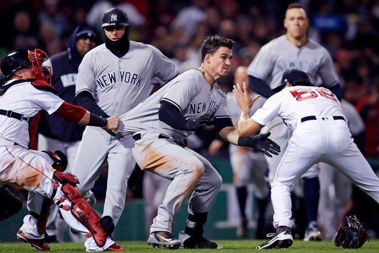 洋基外野手奧斯汀(中)平常努力表現以爭取上場時間,但一顆危險的觸身球可能危害他的...