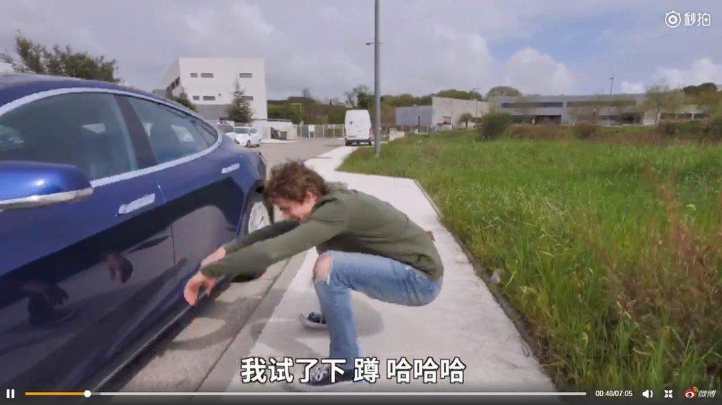 最近有外國網紅在法國街頭實測「亞洲蹲」,發現竟然只有一個人能完成這個動作,影片還...