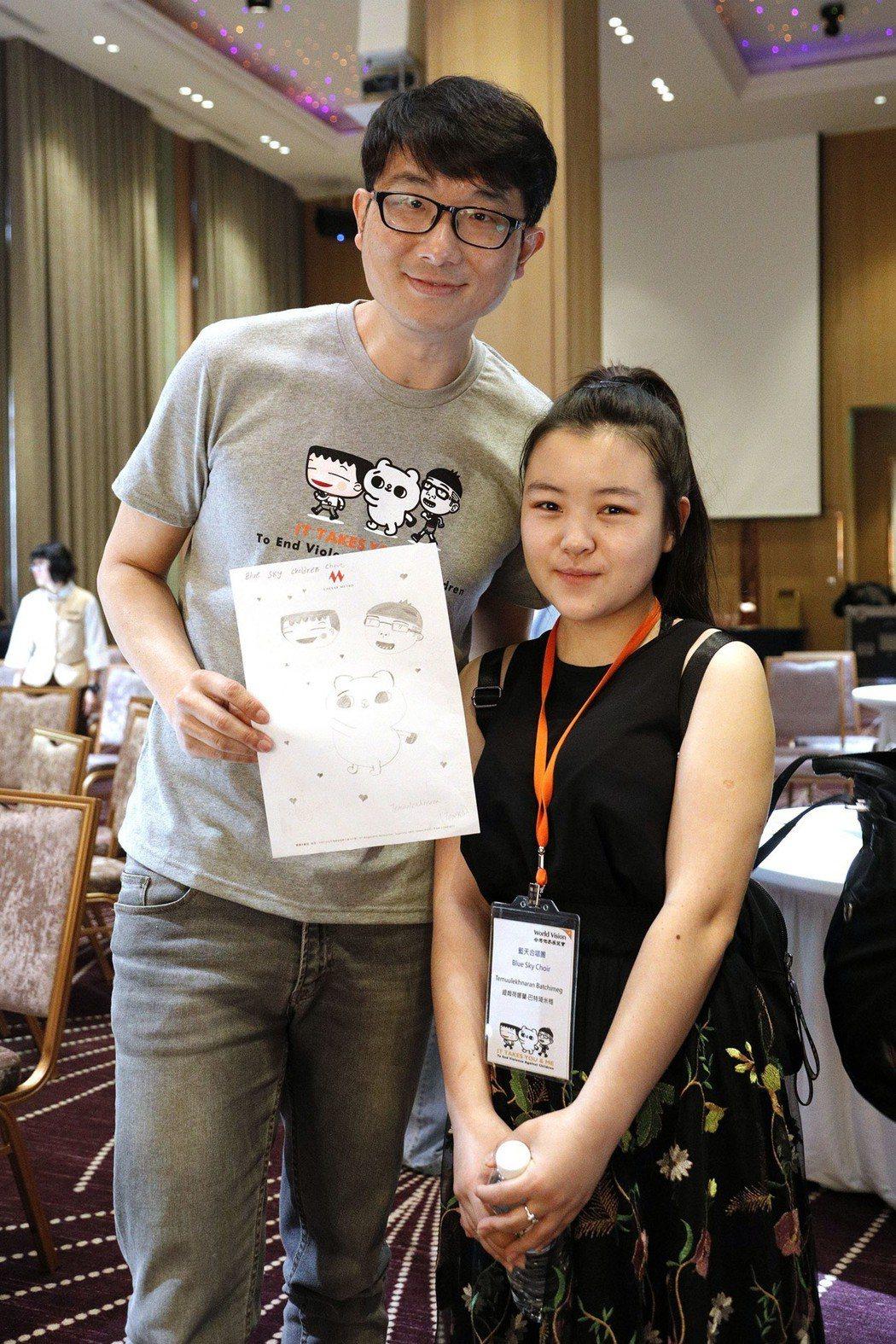 插畫家我是馬克與來自蒙古「燈塔之家」的孩子開心合影。 圖/台灣世界展望會提供