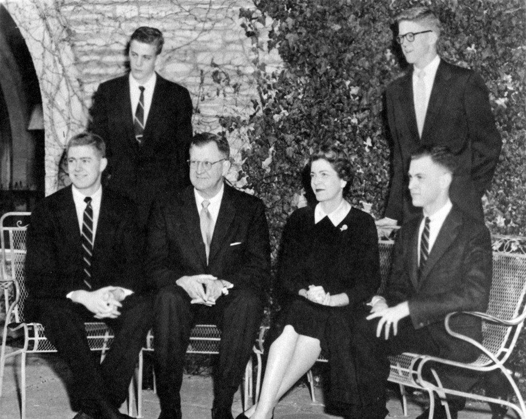 見證史達林發動大整肅的老柯赫(左三),身邊的蘇聯同事們雖然都是堅定的共產黨員,卻...
