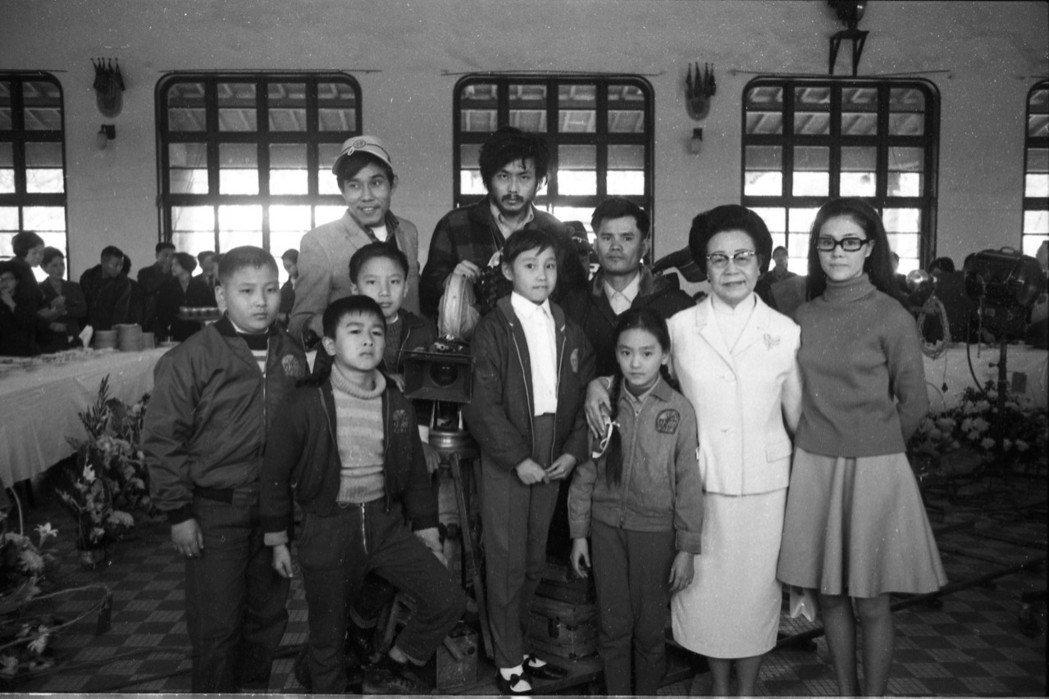 牟敦芾首部作品《不敢跟你講》於1969年開鏡攝製。後排中間為導演牟敦芾,左前二為飾演大原的童星俞健生,右一為飾演教師的歸亞蕾,攝於1969年3月17日。 圖/聯合報系資料照