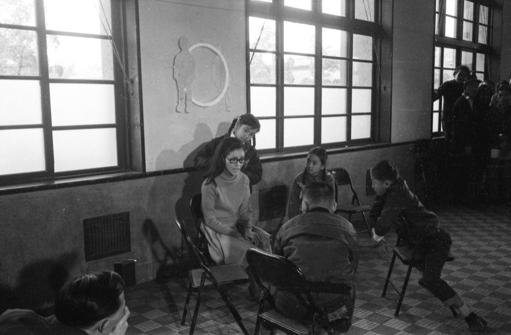 《不敢跟你講》至今未曾正式公映,各方眾說紛紜,影片因此覆上神秘色彩。圖為開拍日當天片場情況,攝於1969年3月17日。 圖/聯合報系資料照