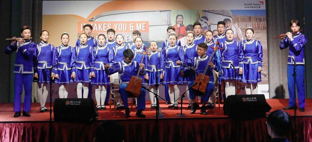 蒙古藍天合唱團演唱〈奇異恩典〉,演奏當地傳統樂器馬頭琴。 圖/台灣世界展望會提供