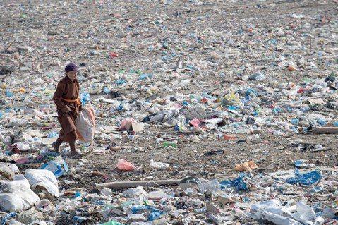 在烏蘭巴托市郊,許多家庭因為貧窮,只好住在垃圾場附近,靠著在垃圾堆中撿拾回收物品...