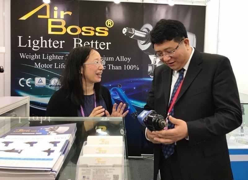 海貿會副會長曹鳳威(右)逐一參觀台灣館展位,與台灣廠商互動。 貿協/提供