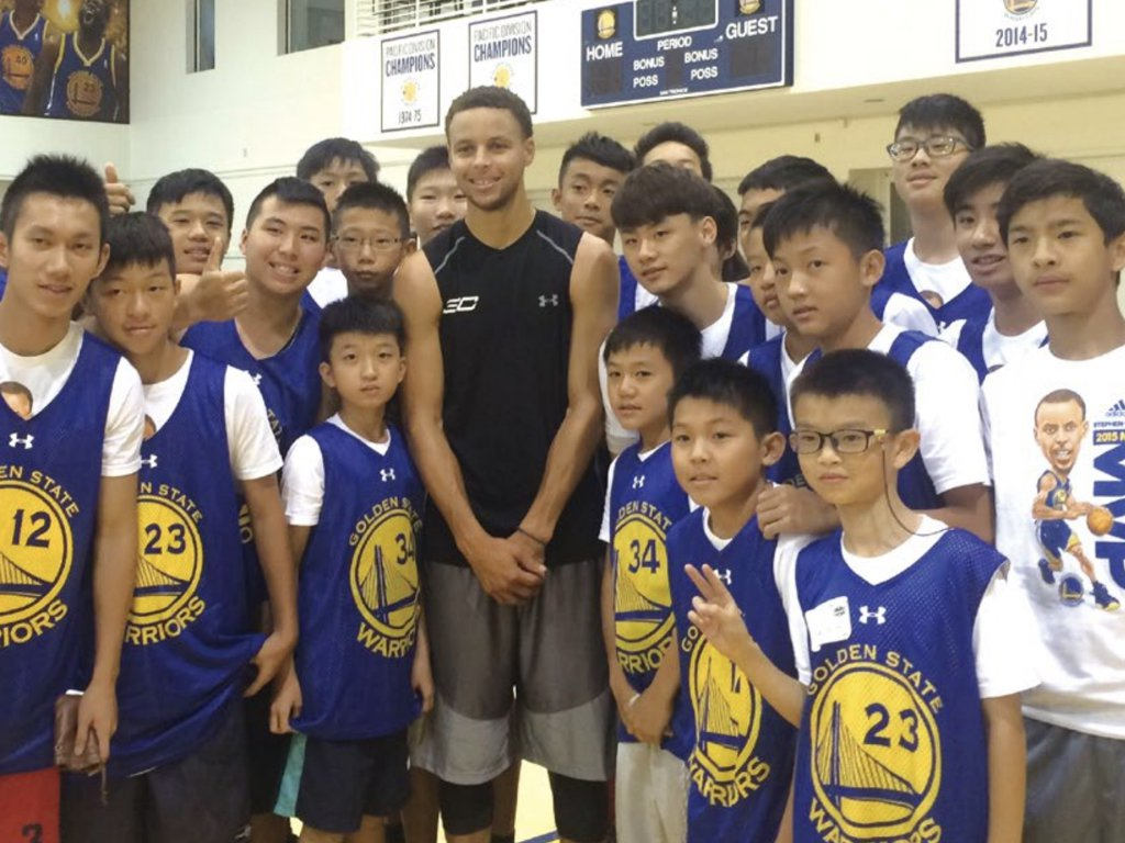 2015年參加金州勇士籃球營的小朋友曾幸運與NBA巨星柯瑞合影。圖/美國世界日報...