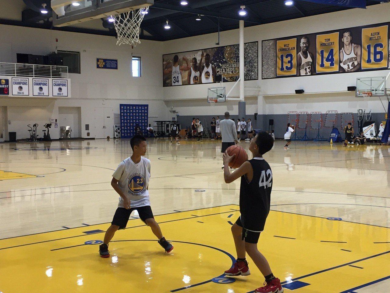 美國金州勇士籃球營學員與NBA球星在同一場地練球。圖/美國世界日報提供