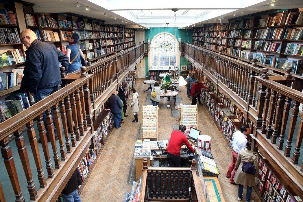 「商業大街上沒了實體書店,會是多大的損失啊!」實體書店已成了一個小眾的市場,在商...