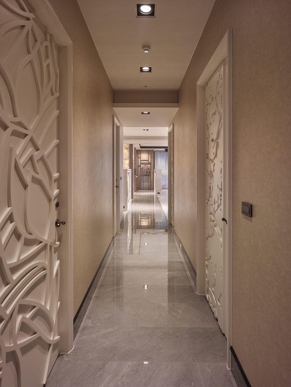 (圖)盤根的臥室門扉上都有精緻雕刻,左側女孩房具有花的意象,右側主臥房可看見樹木...