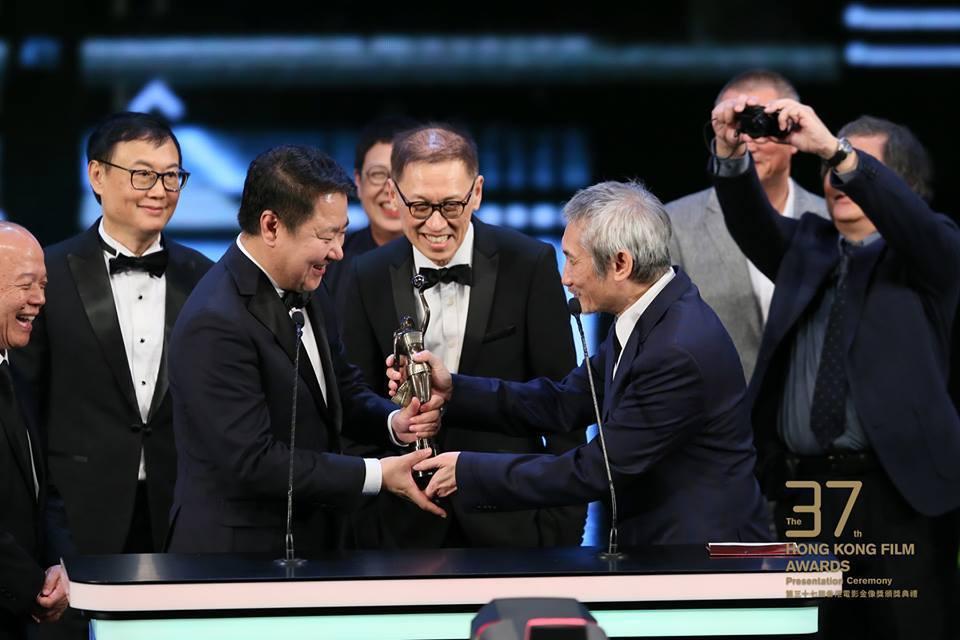 徐克(右)頒獎給于冬。圖/摘自臉書