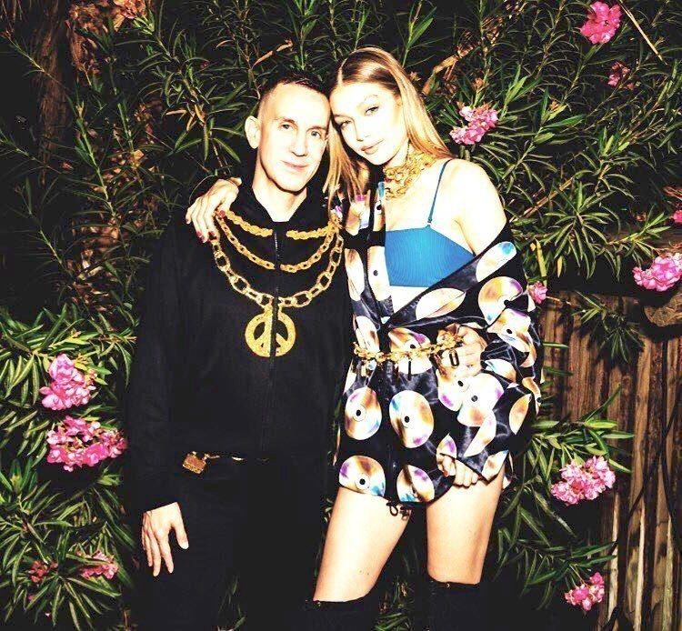 設計師Jeremy Scott(左)與率先穿上聯名系列的超模Gigi Hadid...