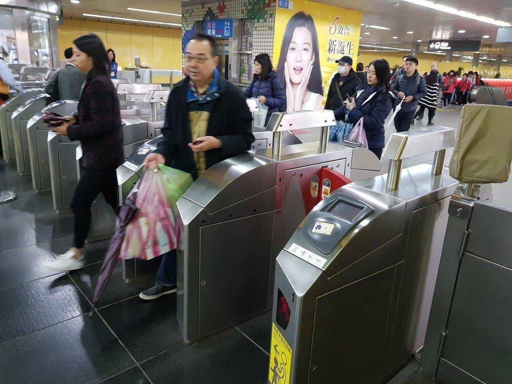 雙北市政府推出的大眾運輸1280元「吃到飽」月票,系統於今天(16日)開通上線。圖/本報資料照