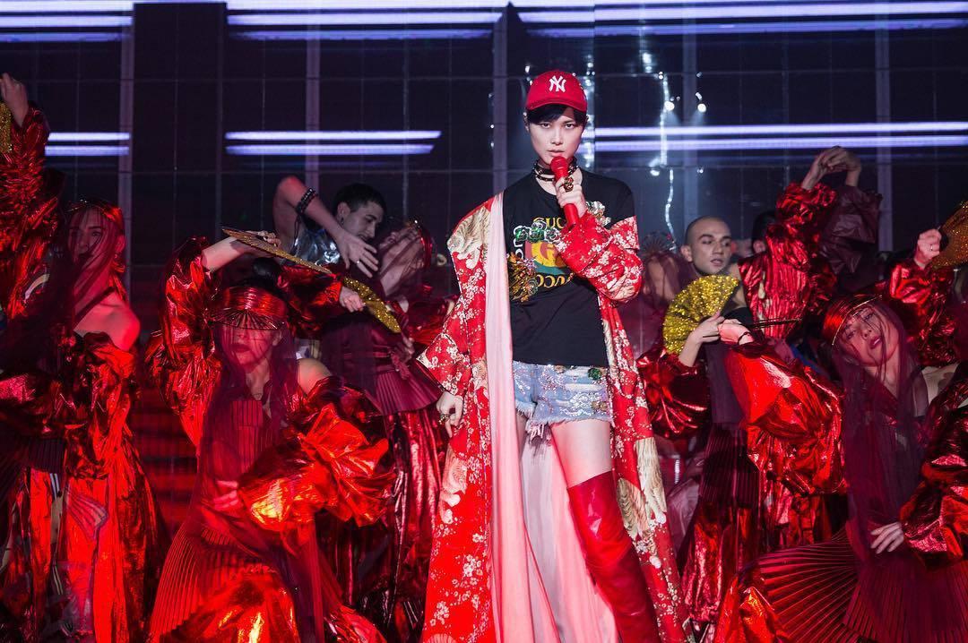 李宇春穿Gucci訂製服登上演唱會舞台。圖/摘自微博