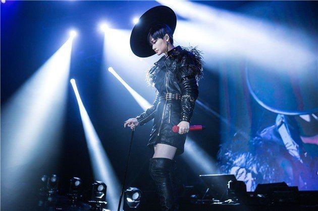 李宇春穿Ronald van der Kemp訂製服登上演唱會舞台。圖/摘自微博