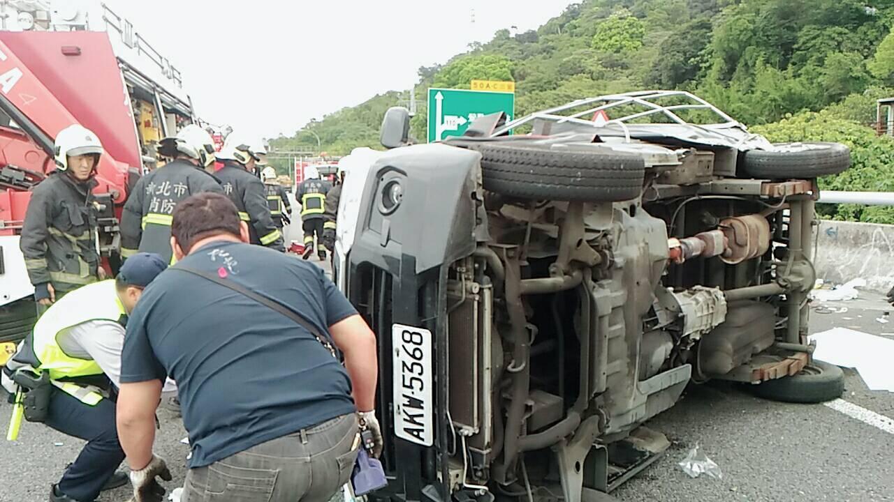 國道三號北部路段發生貨車側翻車禍,2名乘客送醫途中已無生命跡象。圖/讀者提供