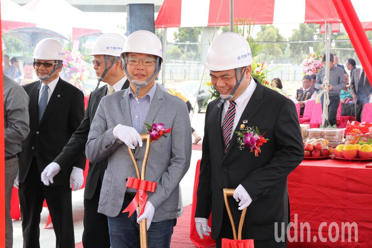 立法院副院長蔡其昌(左)上午指出,未來立法院能設在離台中高鐵站不遠的成功嶺,民眾...