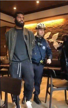 費城2名非裔男子,因為在店內等待友人未點餐想借廁所,遭星巴克報警驅趕,並被警方上...