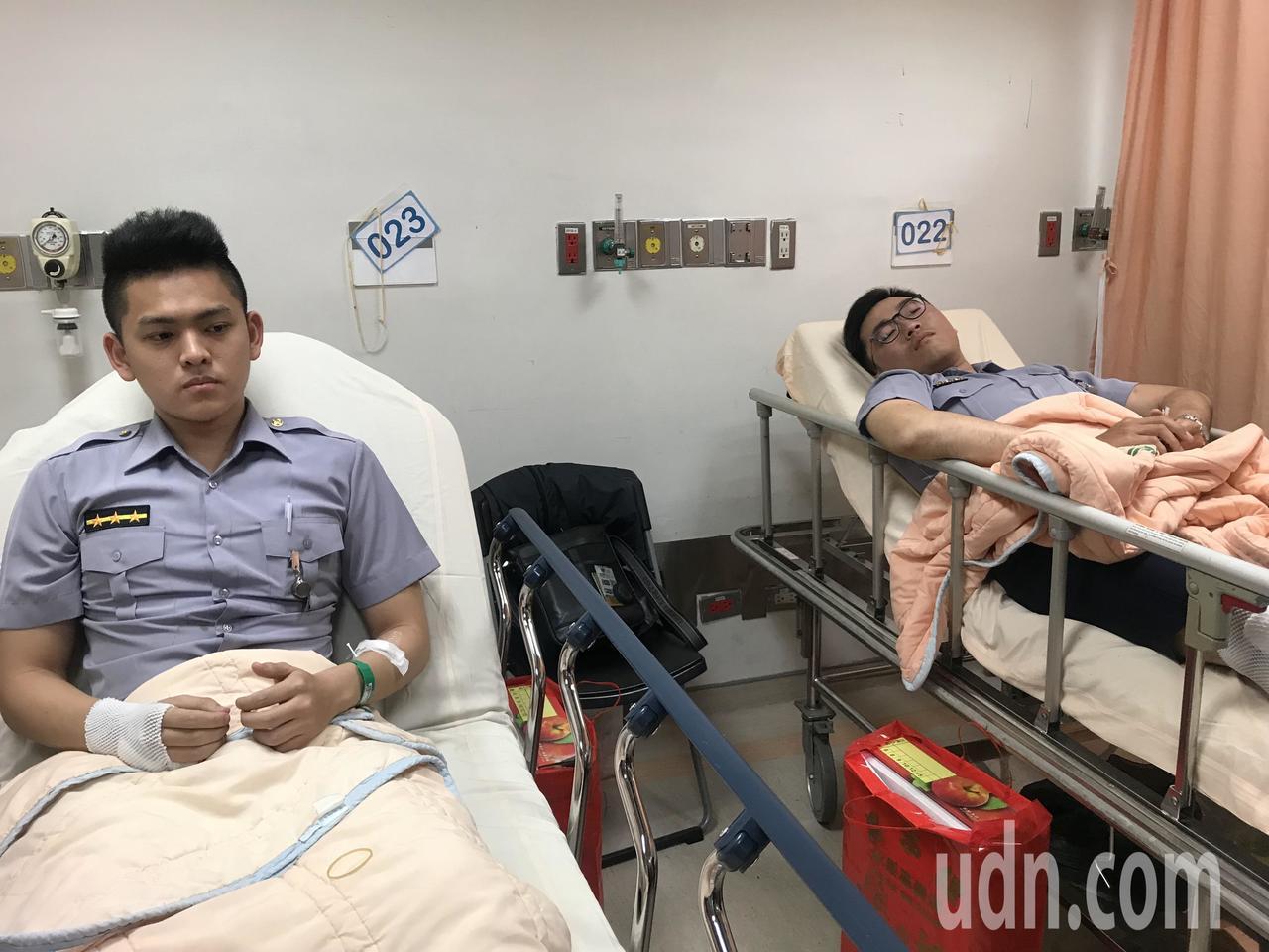 顏利丞(左)說,這雖然是自己第一次開槍,但當下沒有個人感受問題,只想著同事的安危...