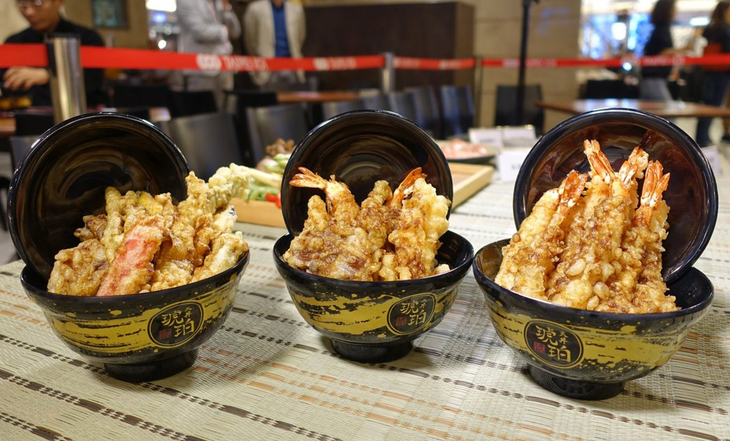 台灣推出3種口味,左起為「野菜天丼」、「琥珀天丼」、「海老八天丼」。記者張芳瑜/...