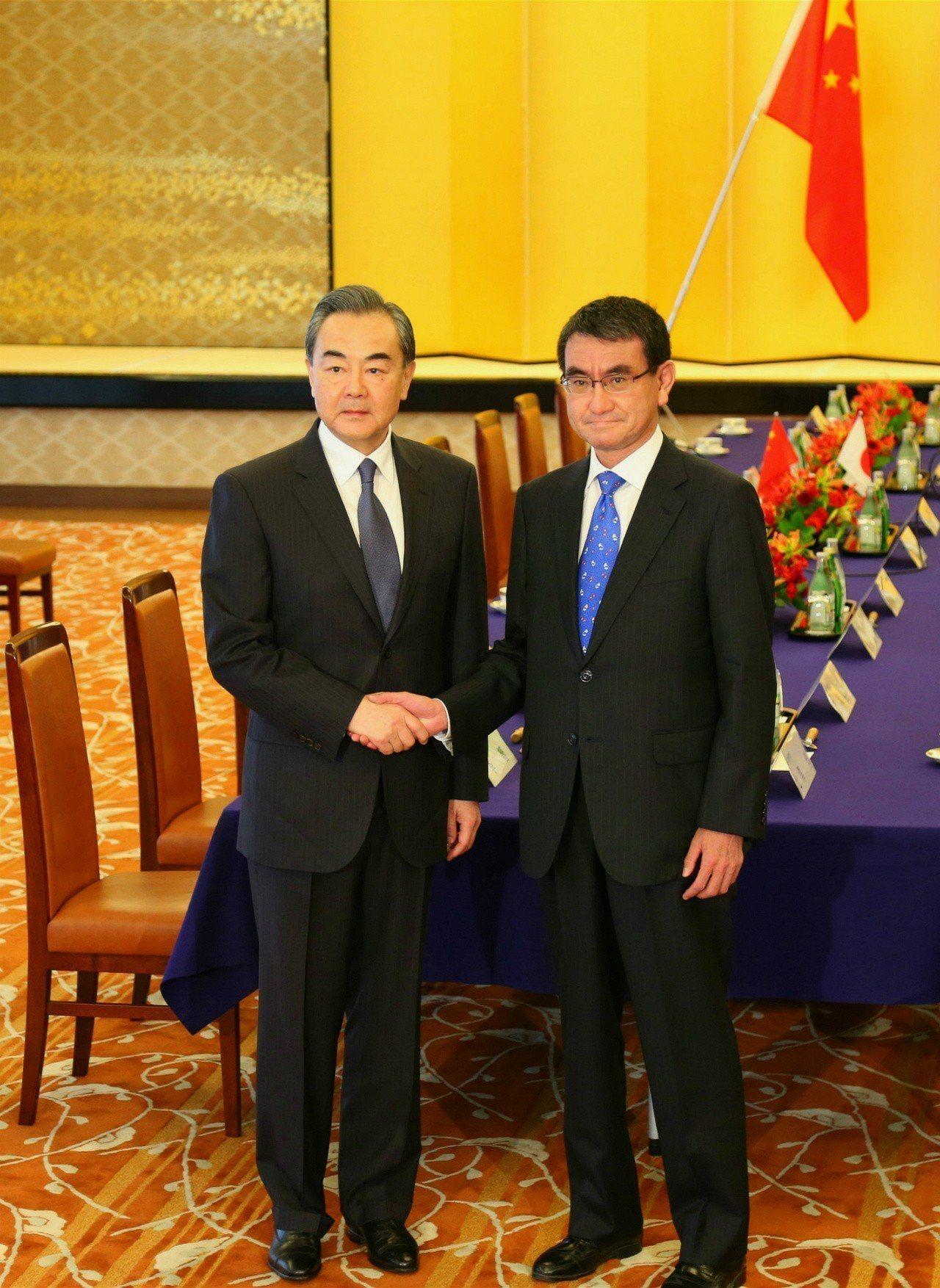中國國務委員兼外交部長王毅(左)正式訪問日本,與日本外相河野太郎舉行會談。 中新...
