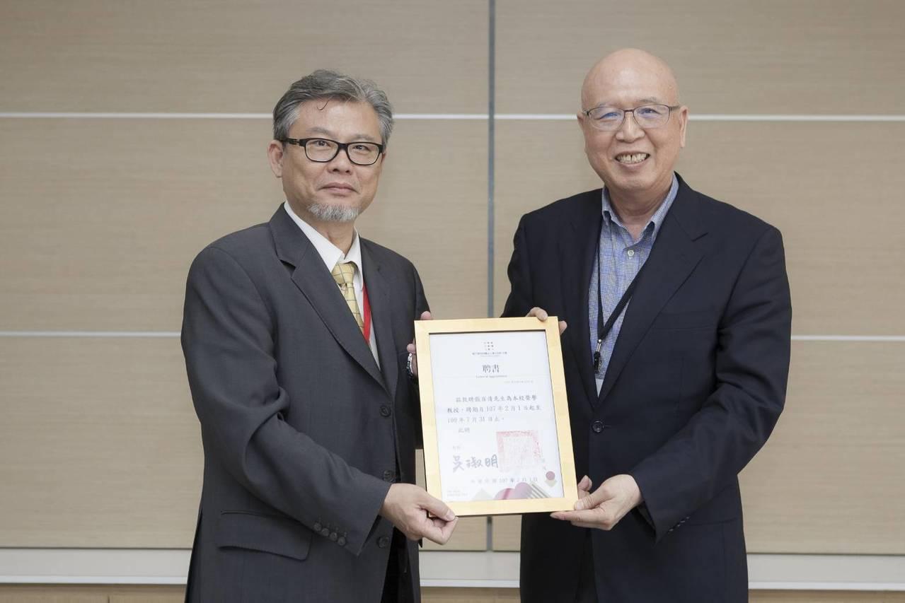 東方設計大學頒發榮譽教授證書,張百清(右)將擔任文創所老師。記者徐白櫻/翻攝