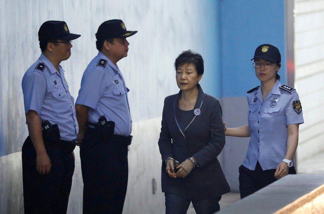 朴槿惠(右二)去年八月在首爾出庭。路透
