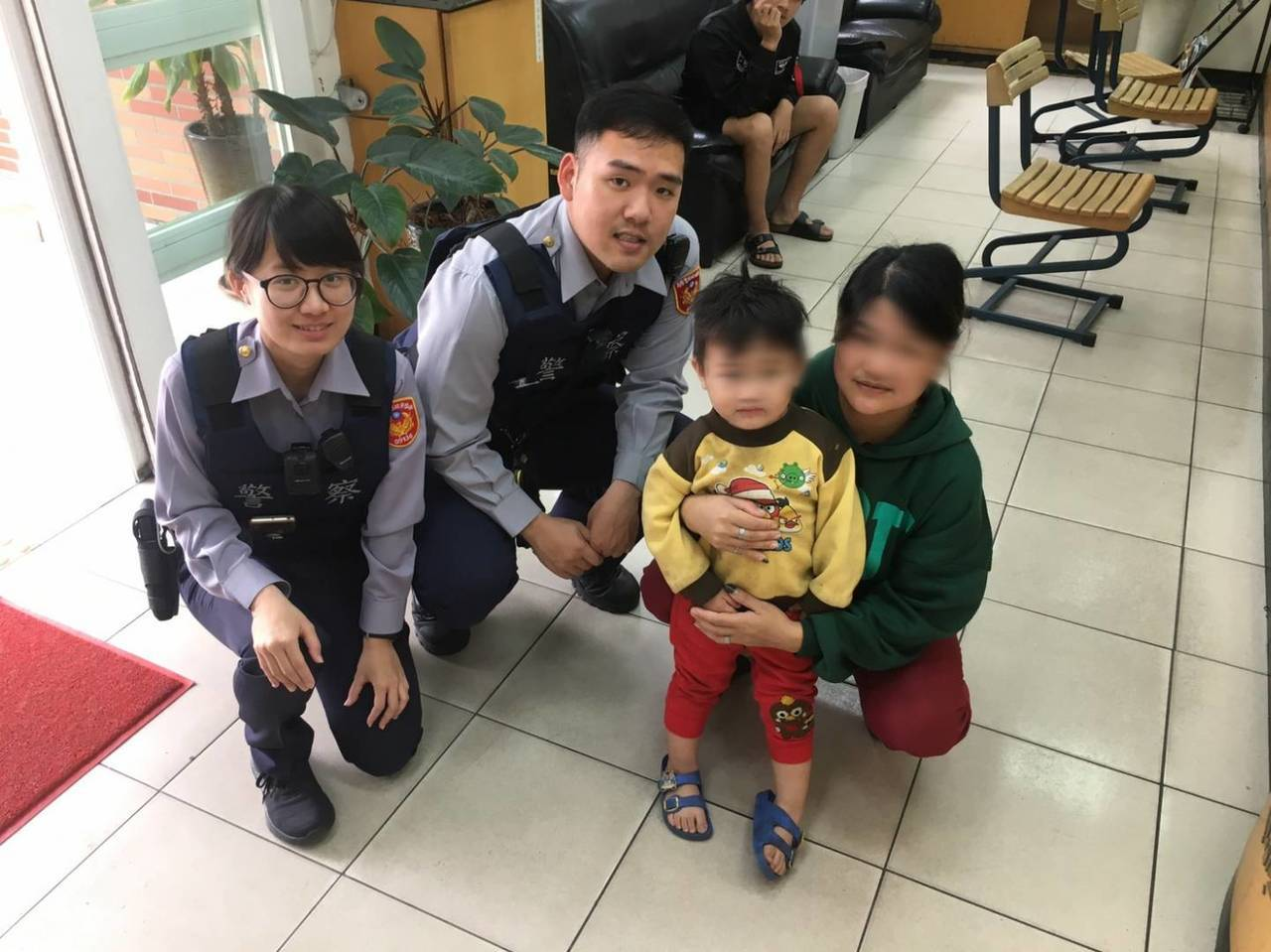 33歲的黃婦(右1)已育有3女1男,她的3歲愛孫(右2)昨晚走失被警方帶回安置,...